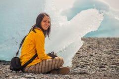 Reclinación al lado de un iceberg Fotografía de archivo