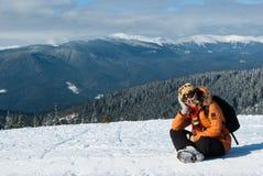 Reclinación de la muchacha del Snowboarder Imagen de archivo libre de regalías