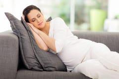 Reclinación de la mujer embarazada Fotos de archivo