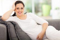 Reclinación de la mujer embarazada Imagen de archivo