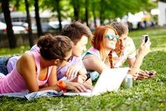 Reclinación de los adolescentes Fotografía de archivo