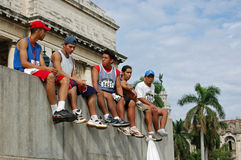 Reclinación de los competidores del maratón Imágenes de archivo libres de regalías