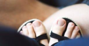 Reclinación de los pies de la mujer Imagen de archivo libre de regalías