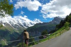 Reclinación del caminante de la montaña Imagen de archivo