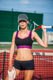 Reclinación del casquillo del jugador de tenis de la mujer que lleva Fotos de archivo