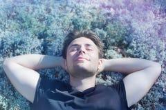 Reclinación del hombre joven Foto de archivo