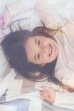 Reclinación enérgica positiva de la muchacha poco Imágenes de archivo libres de regalías
