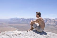 Reclinación en la parte superior de cumbre en desierto Imagen de archivo libre de regalías