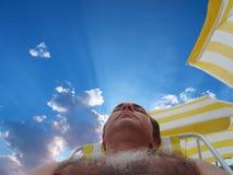 Reclinación en la playa Imagenes de archivo