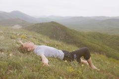 Reclinación en las montañas fotos de archivo libres de regalías