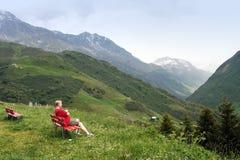 Reclinación en las montan@as suizas fotos de archivo libres de regalías