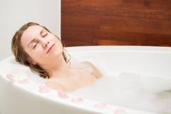 Reclinación en un baño Fotografía de archivo libre de regalías