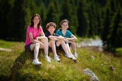 Reclinación feliz de la familia al aire libre Imagen de archivo