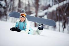 Reclinación femenina feliz del snowboarder Fotos de archivo libres de regalías
