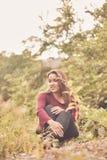 Reclinación hermosa de la muchacha relajada en el prado imagenes de archivo