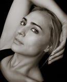 Reclinación hermosa de la mujer Imagenes de archivo