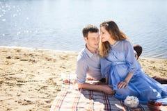 Reclinación linda del hombre y de la mujer al aire libre Fotografía de archivo libre de regalías