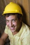 Reclinación masculina caucásica del trabajador de construcción Imagenes de archivo