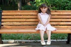 Reclinación que se sienta de la muchacha divertida Fotografía de archivo libre de regalías