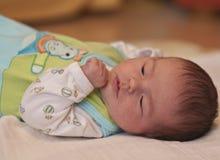 Reclinación recién nacida del bebé Foto de archivo libre de regalías