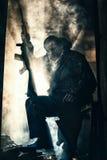 Reclinación triste y cansada del soldado Foto de archivo libre de regalías