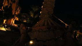 Reclinación turística de las piernas en hamaca en la noche Pies del balanceo del hombre en hamaca almacen de video