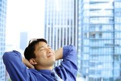 Reclinación asiática del hombre de negocios Imagen de archivo