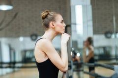 Reclinación de la bailarina Foto de archivo libre de regalías