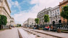 Reclinación de la gente, sentándose en banco en la calle de Lenin Foto de archivo libre de regalías