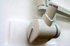 Reclinación principal dental del tubo de radiografía en la pared Imagen de archivo