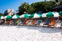 Recliners en la playa Fotos de archivo libres de regalías