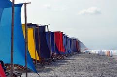 Recliners y toldo de la playa en la playa foto de archivo libre de regalías
