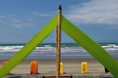 Recliners y toldo de la playa en la playa imagenes de archivo
