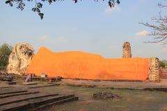 Recling antiguo Buda en Wat Lokayasutha Temple en Ayudhaya, Th foto de archivo libre de regalías