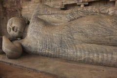 Reclining Buddha som snidas från rocken, Polonnaruwa   Arkivfoton