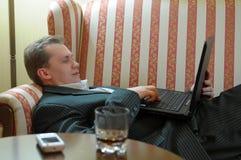 reclining för bärbar datorman Royaltyfria Foton