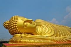 Reclining guld- Buddha Royaltyfri Foto