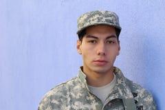 Recluta americano del ejército serio étnico joven Foto de archivo