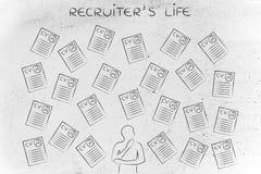 Reclutador dudoso rodeado por las porciones de curriculums vitae imagen de archivo libre de regalías