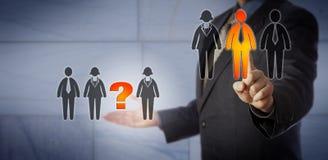 Reclutatore che seleziona un candidato colmare una lacuna Fotografie Stock