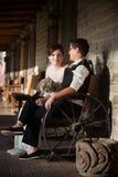 Recém-casados na cena rústica Imagens de Stock Royalty Free