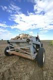 Recogedor cargado de la roca en campo Fotografía de archivo