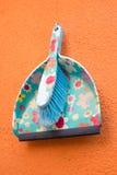 Recogedor de polvo plástico colorido Imágenes de archivo libres de regalías