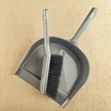 Recogedor de polvo y barrendero del piso del cepillo Fotos de archivo libres de regalías