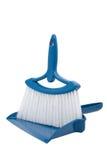 Recogedor de polvo y escoba azules Imagenes de archivo