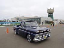 Recogida azul y blanca de Chevrolet Apache en Lima Fotos de archivo