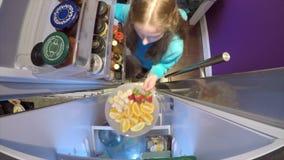 Recogida de la fruta del refrigerador almacen de video