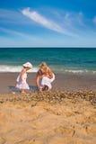 Recogida de seashells Imagen de archivo libre de regalías