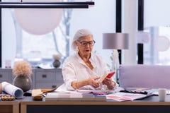 Recogida del empresario gastado de moda mayor realizado que trabaja en el teléfono fotos de archivo libres de regalías