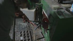 Recogida del herrero de la mujer de aluminio y colocación adentro en un horno especial para calentar derretimiento y para recicla metrajes
